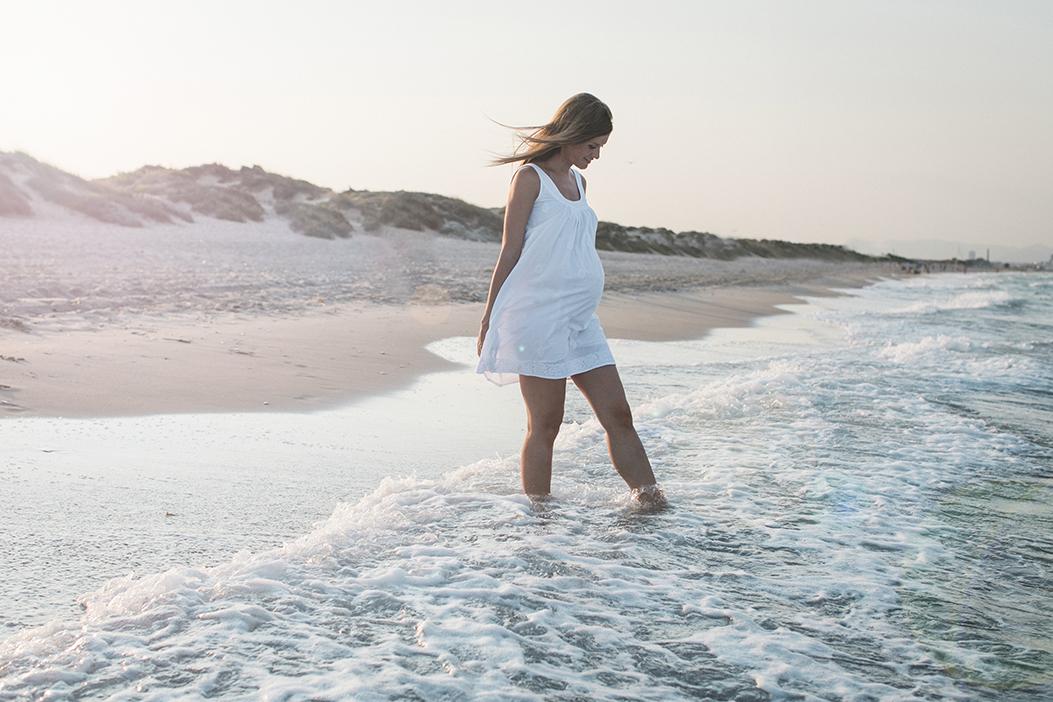 fotografia de embarazo en la playa de valencia, luzesytesoros